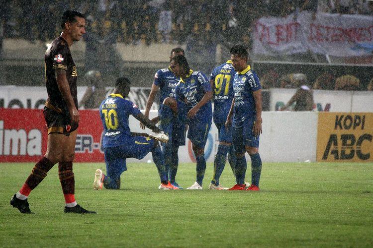 Para pemain Persib merayakan gol keempat mereka ke gawang PSM Makassar, dalam pertandingan pekan ke-34 Liga 1 2019, di Stadion Si Jalak Harupat, Minggu (22/12/2019).
