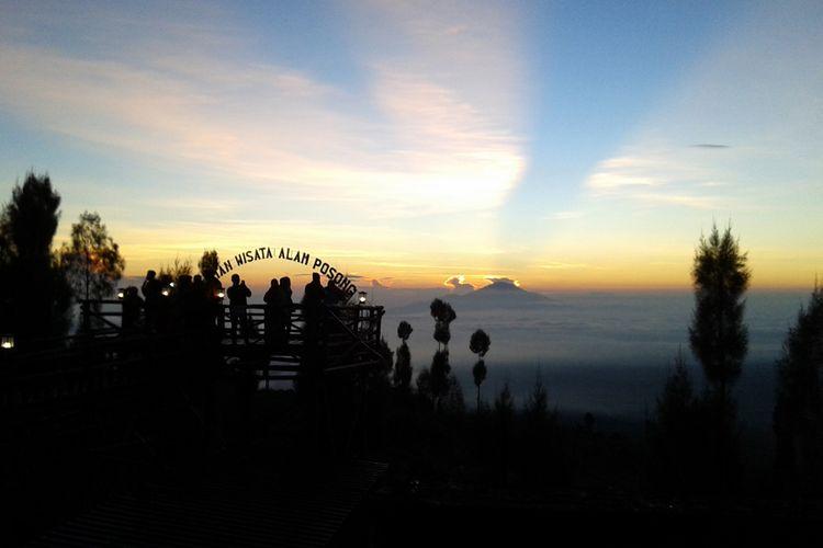 Warna kuning keemasan bercampur biru dan putih menyinari Wsata alam Posong, Temangggun, Jawa Tengah.