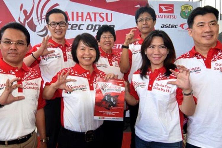 Marketing Director PT.Astra Daihatsu Motor, Amelia Tjandra bersama Alan Budikusuma dan Susy Susanti penggagas Daihatsu Astec Open.