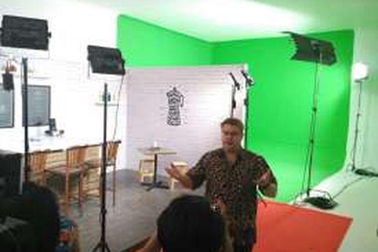 Head of YouTube Spaces Asia Pacific, David Macdonald, Kamis (8/9/2016) di salah satu studio produksi di YouTube Space Jakarta.