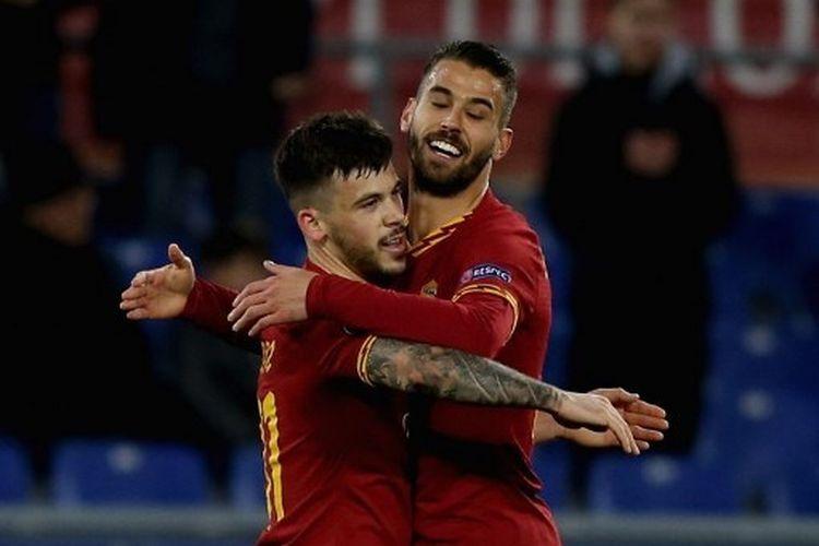 Carles Perez merayakan gol yang dia cetak bersama Leonardo Spinazzola pada laga AS Roma vs Gent dalam leg pertama babak 32 besar Liga Europa yang digelar di Stadion Olimpico, Jumat (21/2/2020) dini hari WIB