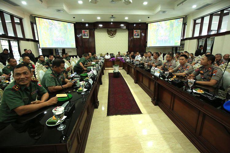 Wali Kota Surabaya Tri Rismaharini saat menggelar pertemuan dengan kepolisian dan TNI dalam upaya mengantisipasi cuaca ektrem yang terjadi di Surabaya, Selasa (7/1/2020).