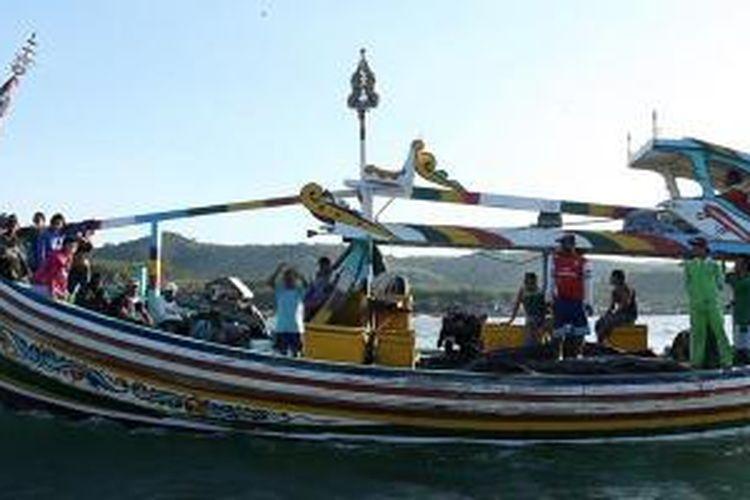 Kapal Ijo-ijo di Banyuwangi, Jawa Timur, dinakhodai seorang kapten dan memiliki anak buah kapal hingga 20 orang. Mereka berangkat sore hari dan menginap di laut lepas untuk menangkap ikan dan cumi-cumi.