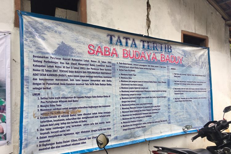 Papan pengumuman sebelum memasuki Desa Adat Baduy atau Desa Kanekes, Kecamatan Leuwidamar, Kabupaten Lebak, Banten, Sabtu (17/2/2018).