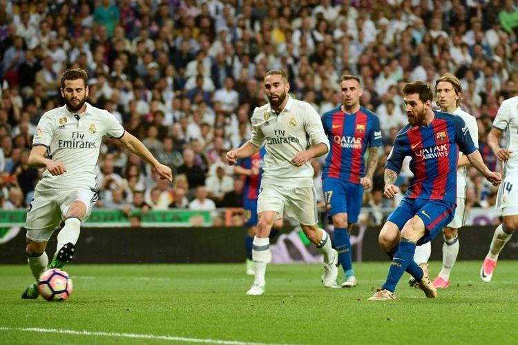 Lionel Messi mencetak gol Barcelona ke gawang Real Madrid pada partai lanjutan La Liga - kasta teratas Liga Spanyol - di Stadion Santiago Bernabeu, Minggu (23/4/2017).