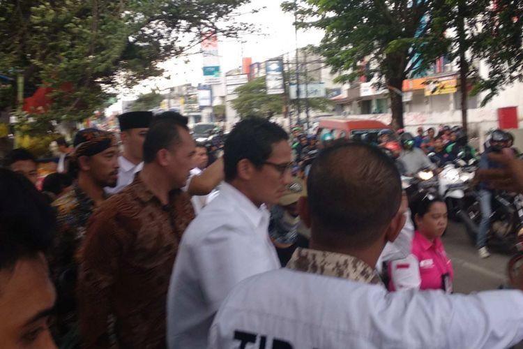 Wakil Gubernur DKI Jakarta Sandiaga Uno berkampanye di Pasar Jati Asih, Bekasi, Minggu (1/4/2018).