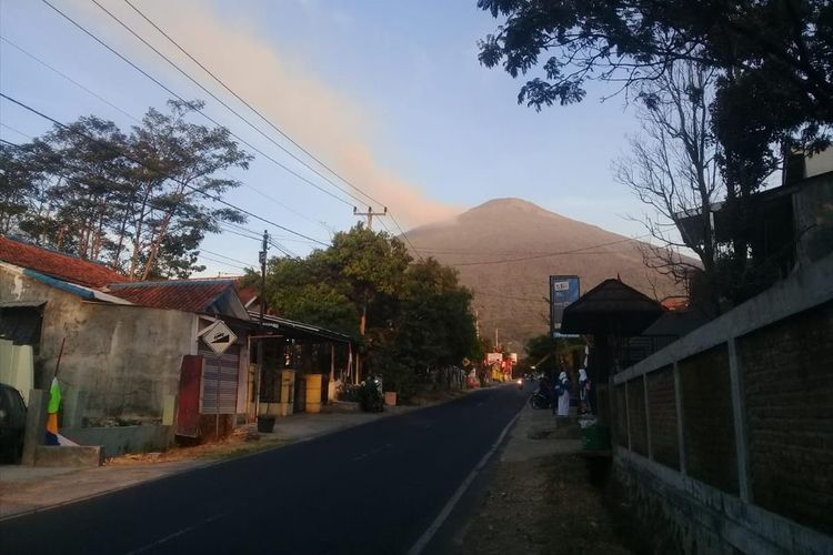Kepulan asap tampak membakar sebagian kawasan Puncak Gunung Ciremai di Kabupaten Kuningan Jawa Barat, Kamis (8/8/2019).