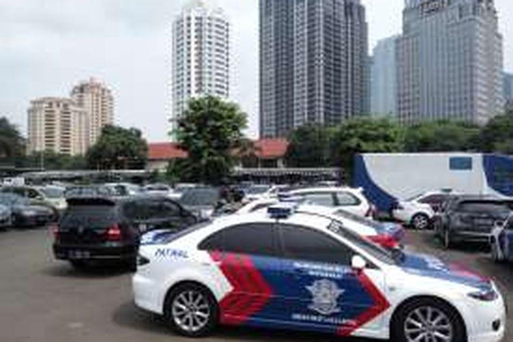 Kondisi lahan proyek pembangunanan gedung parkir Patwal Direktorat Lalu Lintas Polda Metro Jaya pada Senin (25/7/2016).
