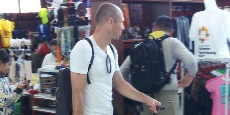 Pemain sepak bola Belanda, Arjen Robben saat berada di Bandara Komodo, Labuan Bajo, Kabupaten Manggarai Barat, NTT. Robben sempat mampir di La Bajo Flores Coffee membeli kopi flores dan banana cake, Minggu (17/6/2018).