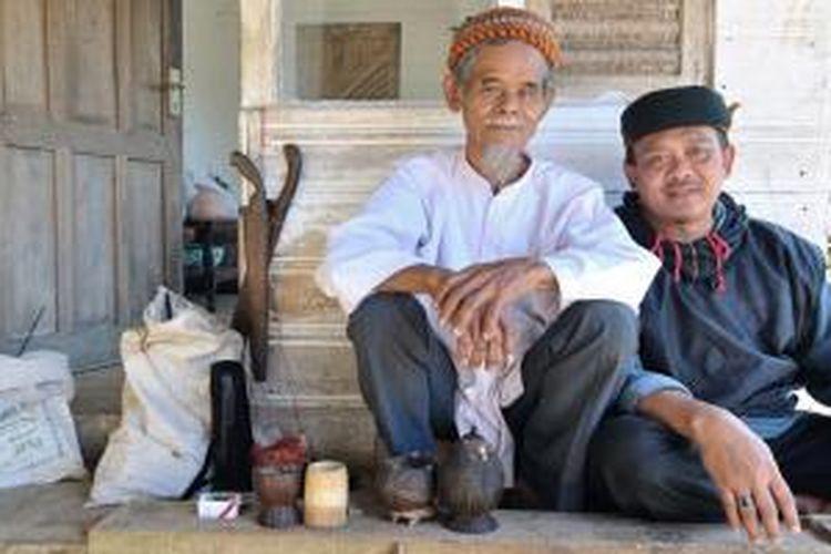 Warga Kampung Naga di Desa Neglasari, Kecamatan Salawu, Kabupaten Tasikmalaya, Provinsi Jawa Barat.