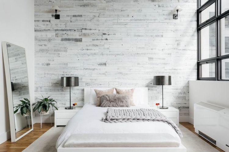 Kamar tidur bernuansa putih dengan elemen kayu