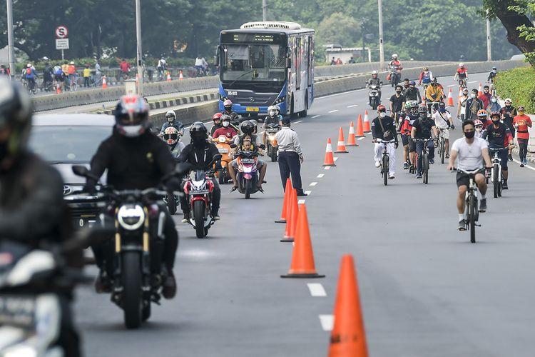 Warga berolah raga di kawasan JaIan Sudirman, Jakarta, Minggu (28/6/2020). Warga tetap berolah raga meski Hari Bebas Kendaraan Bermotor (HBKB) atau Car Free Day (CFD) ditiadakan di kawasan Jalan Sudirman-Thamrin dengan alasan menghindari terjadinya kerumunan warga untuk mencegah penyebaran COVID-19.