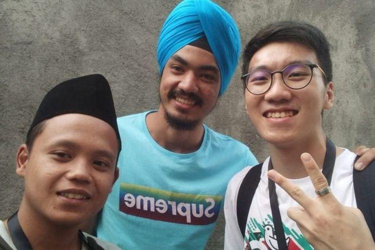 Ertheo Siswadi (kanan) dengan Prem Singh (tengah) dan peserta lainnya dalam Peace Train Indonesia di kota Malang pada 2018.