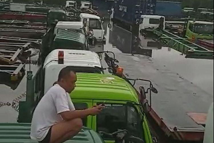 Ilustrasi tangkapan layar puluhan truk yang terendam di Tanjung Priok