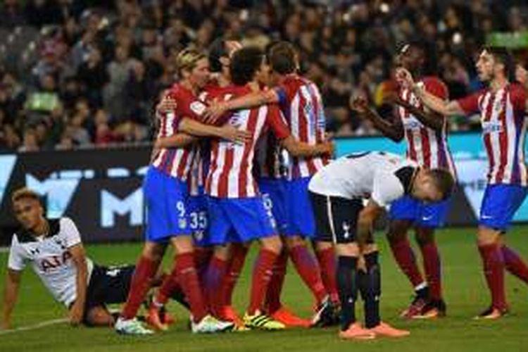 Pemain Atletico Madrid, Diego Godin, (tengah, tak terlihat) merayakan golnya bersama rekan-rekannya usai mencetak gol pada babak pertama laga International Champions Cup (ICC) melawan Tottenham Hotspur di Melbourne, Jumat (29/7/2016).