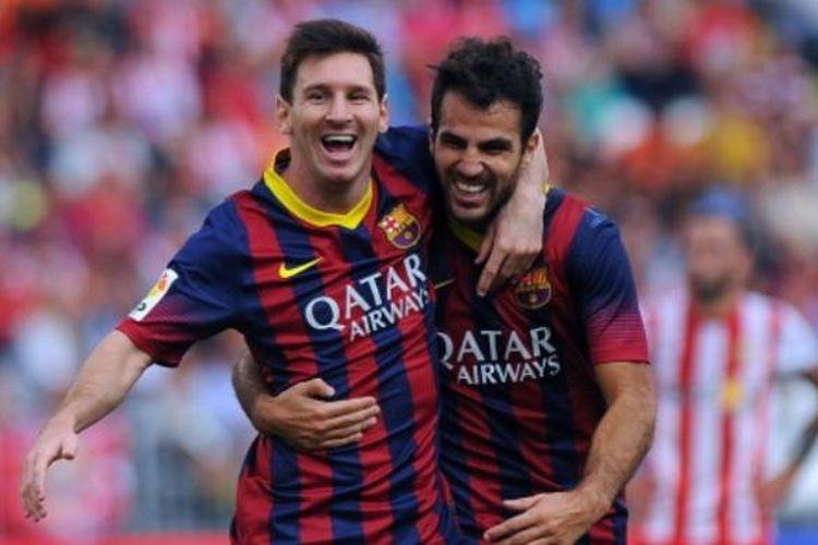 Dua pemain Barcelona, Lionel Messi (kiri) dan Cesc Fabregas (kanan), merayakan gol ke gawang Almeria pada laga Liga BBVA di Stadion Juegos Mediterraneos, Almeria, Sabtu (28/9/2013).