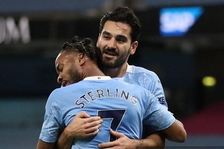 Gelandang Manchester City Ilkay Guendogan memeluk Raheem Sterling setelah mencetak gol ke gawang West Bromwich Albion pada laga matcweek 12 Liga Inggris 2020-2021 di Stadion Etihad, Selasa (15/12/2020) atau Kamis dini hari WIB.