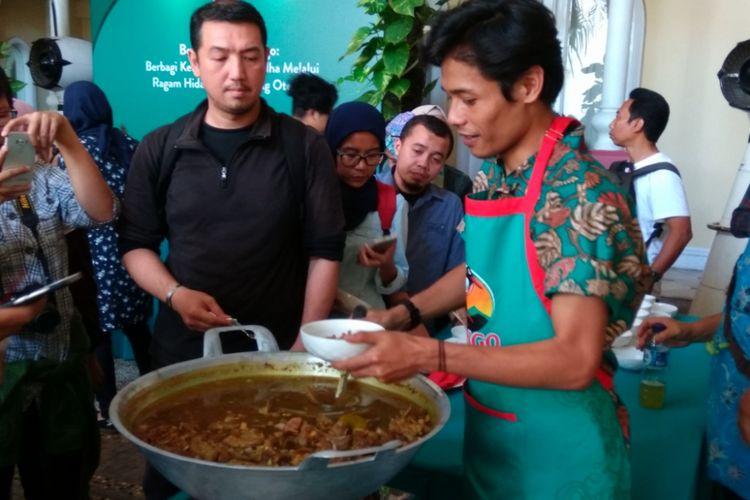 Indra, generasi ketiga dari rumah makan Gecok Mantep Roso dari Semarang sedang menyajikan gecok kepada pengunjung acara jumpa pers Kecap Bango, Kamis (14/8/2017)