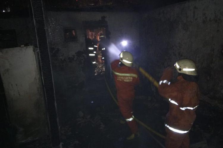 Damkar Jakarta Barat ketika sedang melakukan pemadaman kebakaran, pada Jumat (13/11/2020) dini hari. Kebakaran terjadi di Kedaung Angke, Cengkareng, Jakarta Barat.