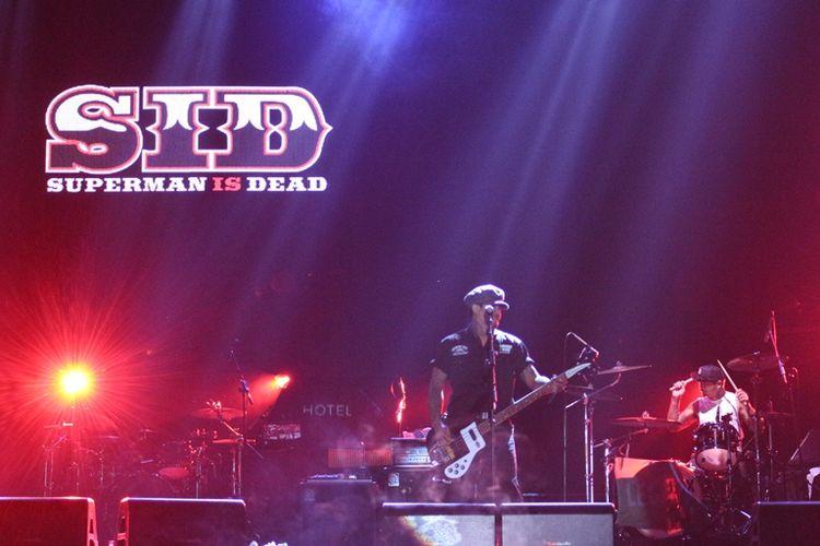Superman is Dead membuka konser Iwan Fals & Band Aku Cinta di Ecopark Ancol,Jakarta Utara, Sabtu (30/3/2019).