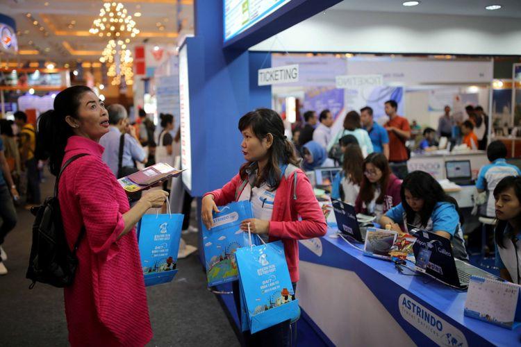 ASTINDO FAIR - Pengunjung memadati Astindo Fair 2017 di Assembly Hall Jakarta Convention Center, Senayan, Jakarta, Sabtu (25/3/2017). Pameran travel ini menawarkan berbagai promo perjalanan wisata baik domestik ataupun luar negeri dan diadakan pada tanggal 24-26 Maret 2017.