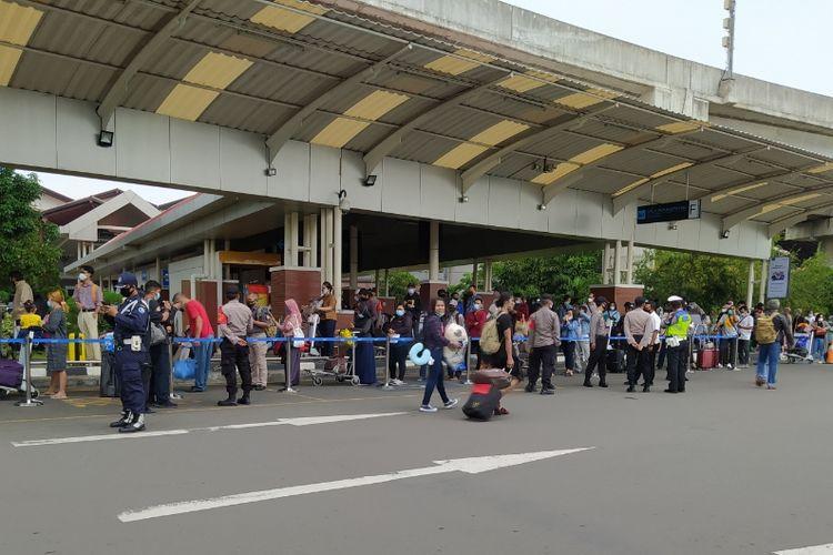 Antrean sangat panjang calon penumpang yang hendak melakukan Rapid Test Antigen muncul di Shelter Kalayang Terminal 2 Bandara Soekarno-Hatta, Selasa (22/12/2020)