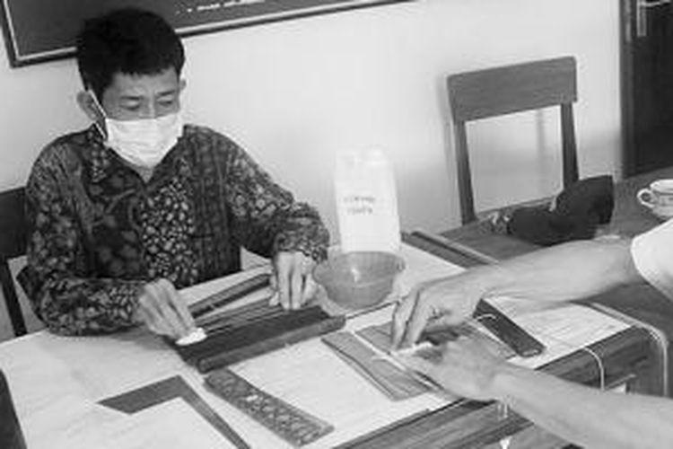 Museum Negeri Nusa Tenggara Barat di Mataram memiliki koleksi naskah lama berbahan daun lontar yang memerlukan perawatan khusus dan rutin. Dua karyawan museum itu membersihkan lembar-lembar naskah dari debu dan jamur agar naskah bisa tahan lama.