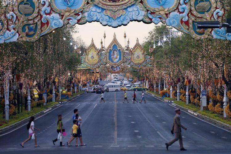 Pepohonan yang dihiasi lampua terlihat di sekitar Istana Kerajaan menjelang of pemahkotaan King Maha Vajiralongkorn di Bangkok, Thailand.