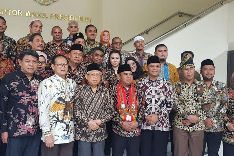 Wakil Presiden Maruf Amin saat berfoto bersama dengan Asosiasi DPRD Kabupaten Seluruh Indonesia di Kantor Wapres, Jakarta, Jumat (13/3/2020).