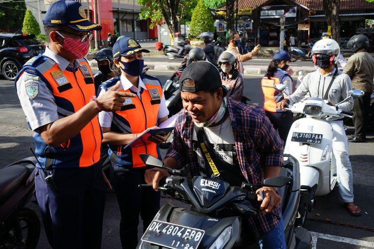 Pemeriksaan pengendara saat PKM Denpasar