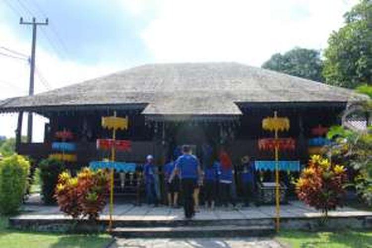 Beginilah replika rumah adat untuk Bangsawan Belitung, terdiri dari tiga bagian, yaitu ruang depan sekaligus ruang tidur, ruang dapur, dan paling belakang ruang penjaga rumah. Ketiganya disambungkan dengan jembatan kecil dan tangga.