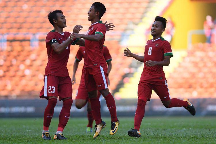 Sejumlah pemain Timnas U-22 Indonesia melakukan selebrasi usai kembali membobol gawang Timnas U-22 Kamboja pada laga terakhir penyisihan grup B SEA Games XXIX Kuala Lumpur di Stadion Shah Alam, Selangor, Malaysia, Kamis (24/8/2017). Timnas Indonesia menang dengan skor 2-0 sekaligus memastikan lolos ke babak semi final.