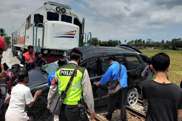 Sejumlah warga saat mengevaluasi mobil yang ditabrak kereta api di Sumberpucung, Kabupaten Malang, Kamis (10/9/2020).