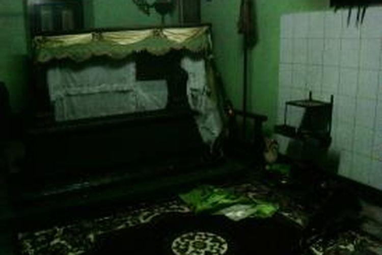 Beberapa benda di sekitar nisan makam Kyai Purbo rusak oleh sekelompok orang.