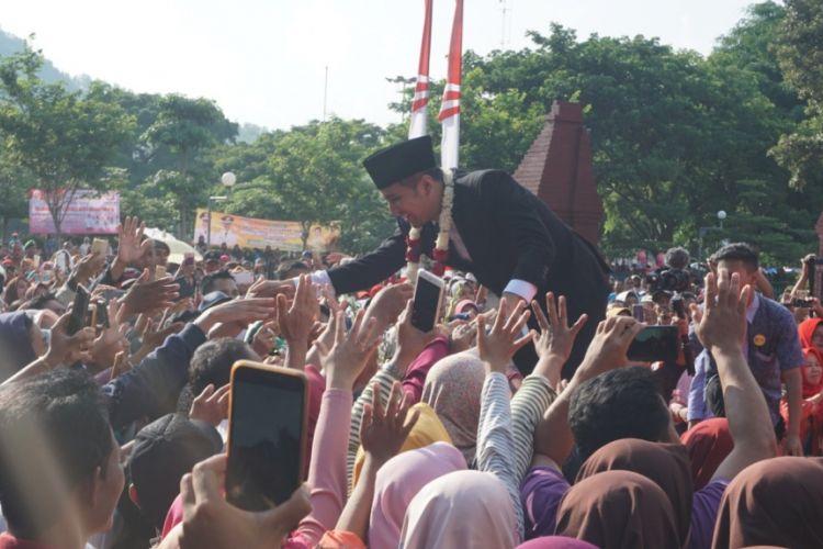 Wakil Gubernur Jawa Timur Emil Dardak Elestianto, saat acara pelepasan dirinya sebagai Bupati Trenggalek di pintu gerbang Pendopo Kabupaten Trenggalek, Jumat (15/02/2019).