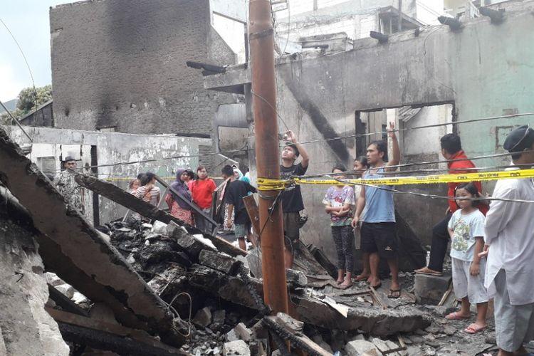 Warga berkumpul di lokasi kebakaran di RW 08 Jelambar, Jakarta Barat, Sabtu (5/1/2019).