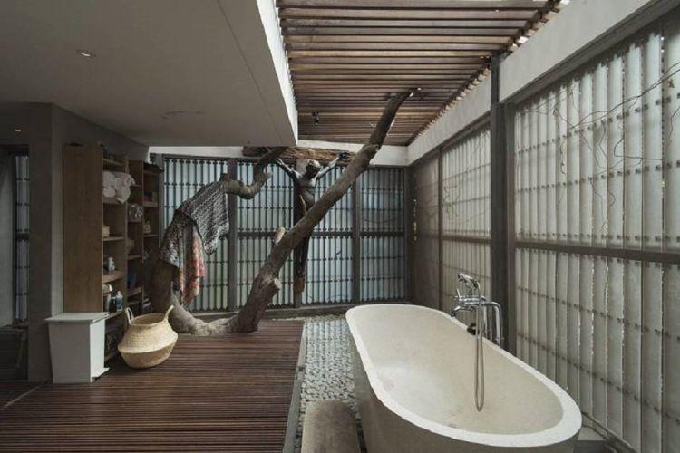 Kealamian pohon yang menyatu dengan elemen kamar mandi LL HOUSE karya TonTon Studio