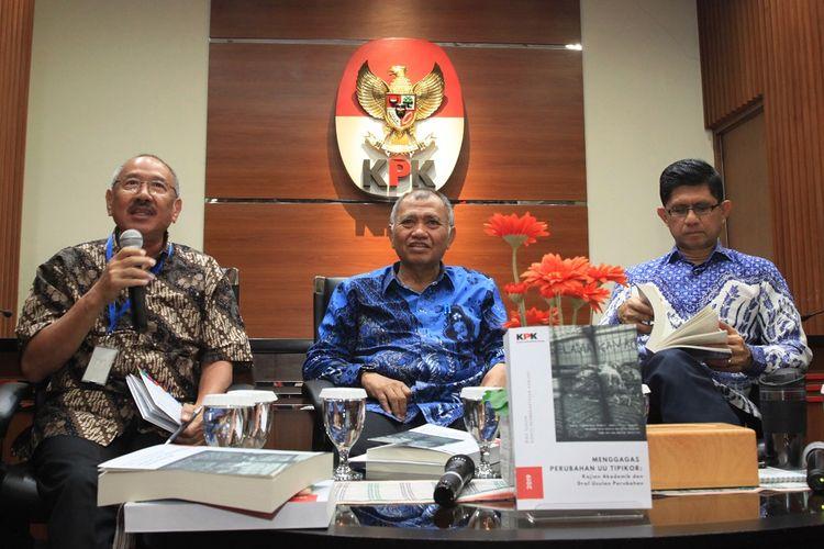 Ketua KPK Agus Rahardjo (tengah), Wakil Ketua Komisi Pemberantasan Korupsi (KPK) Laode M. Syarief (kanan) Ahli Hukum Pidana Universitas Parahyangan Agustinus Pohan (kiri) berbicara dalam diskusi terbuka di Gedung KPK, Jakarta, Kamis (19/12/2019). Diskusi tersebut membahas gagasan perubahan undang-undang Tipikor berdasarkan hasil kajian dan draf usulan. ANTARA FOTO/Reno Esnir/foc. *** Local Caption ***