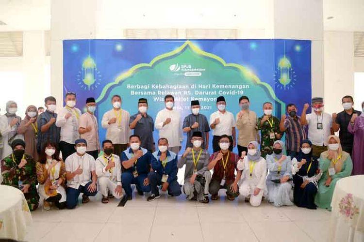 BP Jamsostek berbagi kehangatan momen Idul Fitri dengan nakes dan relawan di RSD Wisma Atlet, Jakarta Pusat.