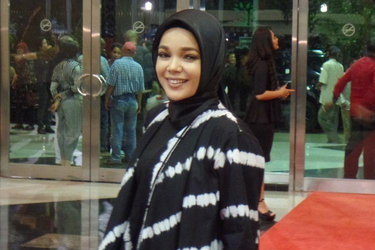Dewi Sandra datang ke konser Its Me BCL di Plenary Hall, Jakarta Convention Center, pada Rabu (1/3/2017) malam.