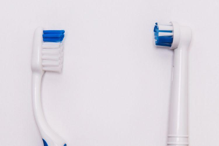sikat manual vs sikat gigi elektrik