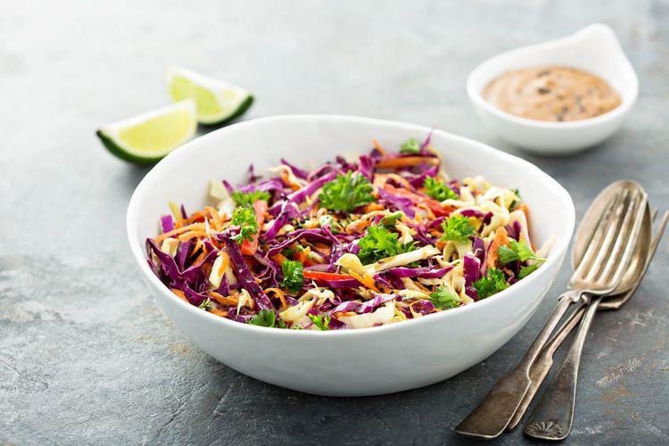 Ilustrasi coleslaw salad.