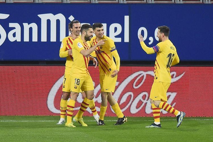 Bek Barcelona Jordi Alba (kedua dari kiri) berselebrasi dengan Lionel Messi usai mencetak gol dalam pertandingan sepak bola La Liga Spanyol antara Osasuna vs Barcelona di Stadion El Sadar di Pamplona pada 6 Maret 2021.