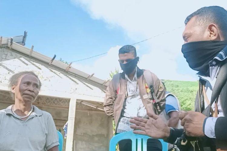 Salomi Malaka, ibu rumah tangga asal Desa Lembur, Kecamatan Alor Tengah Utara, Kabupaten Alor, Nusa Tenggara Timur (NTT), yang menolak bantuan sembako dari pemerintah pusat, saat bertemu dengan petugas yang membagikan bantuan sembako(Dokumen Nazamuddin Syain)  Artikel ini telah tayang di Kompas.com dengan judul