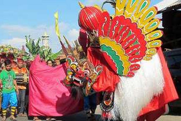 Barong Ider di Desa Kemiren, Banyuwangi, Jawa Timur, yang diselenggarakan pada hari kedua Idul Fitri, Kamis (7/7/2016). Kesenian tersebut bagian dari ritual tolak bala.