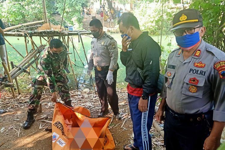 Polisi mengevakuasi jasad bayi perempuan yang ditemukan di sungai Gedangsawo, Desa Mulyoharjo, Kecamatan Jepara, Kabupaten Jepara, Jawa Tengah, Sabtu (18/7/2020).