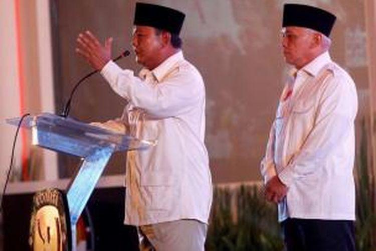 Pasangan calon presiden dan wakil presiden Prabowo Subianto - Hatta Rajasa memberi sambutan saat Deklarasi Pemilu Berintegritas dan Damai di Hotel Bidakara, Jakarta, Selasa (3/6/2014). Acara yang diselenggarakan Komisi Pemilihan Umum tersebut menandai dimulainya masa kampanye Pilpres dari 4 Juni sampai 5 Juli.
