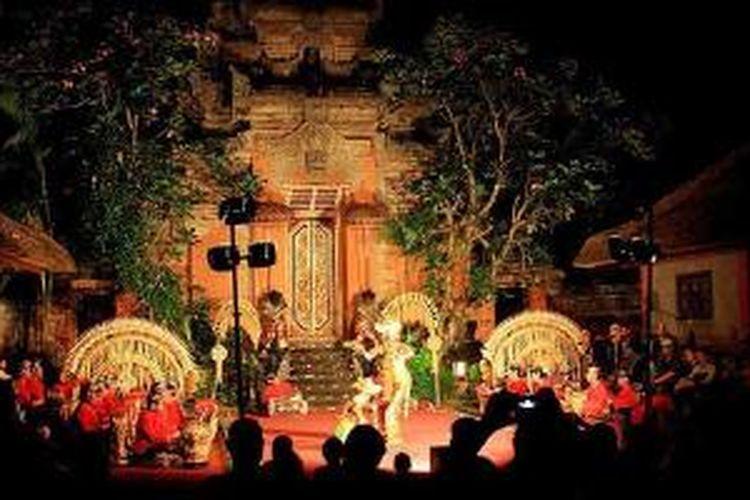 Dua penari Sanggar Bina Remaja tengah menari Legong di depan sekitar 100 wisatawan asing di halaman depan Puri Agung Ubud, Kabupaten Gianyar, Bali, Rabu (11/12/2013) malam. Budaya dan adat yang bertahan menjadikan Ubud dikenal dan mendunia. Selain ketenangan dan kenyamanan Ubud yang jauh dari hingar bingar musik modern.