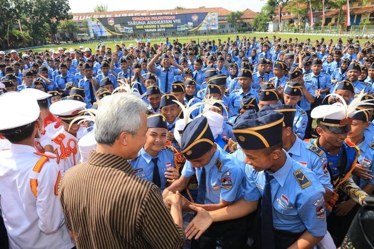 Gubernur Jawa Tengah Ganjar Pranowo bersalaman dengan para Taruna usai upacara dalam Pelantikan Taruna Angkatan VIII SMKN 2 Sragen, Selasa (30/4/2019).