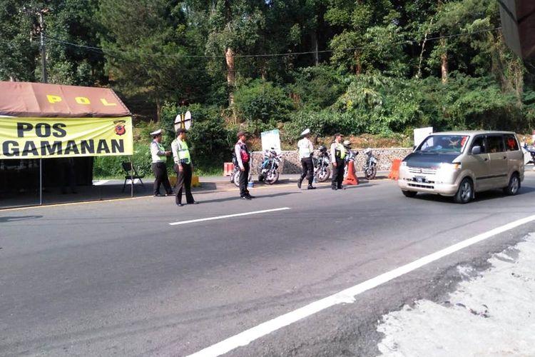 Polisi meningkatkan pemeriksaan terhadap setiap kendaraan yang melintas di kawasan Puncak Cianjur, Jawa Barat.